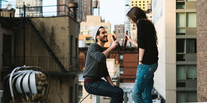 4 Observant Ways to Know if a Woman is into You